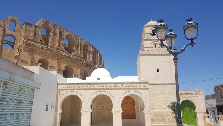 Mesquita ao lado do Anfiteatro El Jem, Tunísia © Viaje Comigo