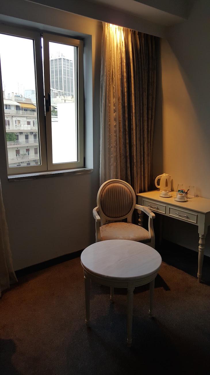 Pormenor do quarto do Airotel Stratos Vassilikos Hotel, Atenas, Grécia © Viaje Comigo