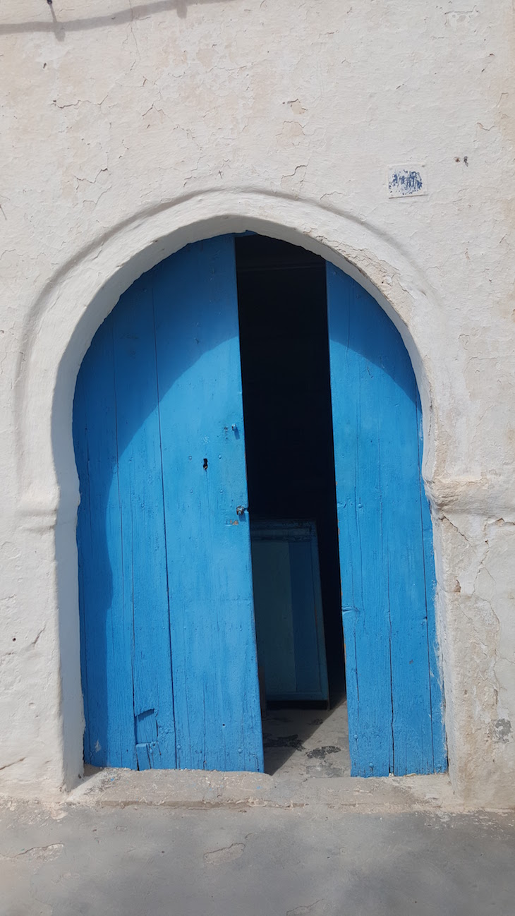 Porta azul de Erriadh, Djerba, Tunisia © Viaje Comigo