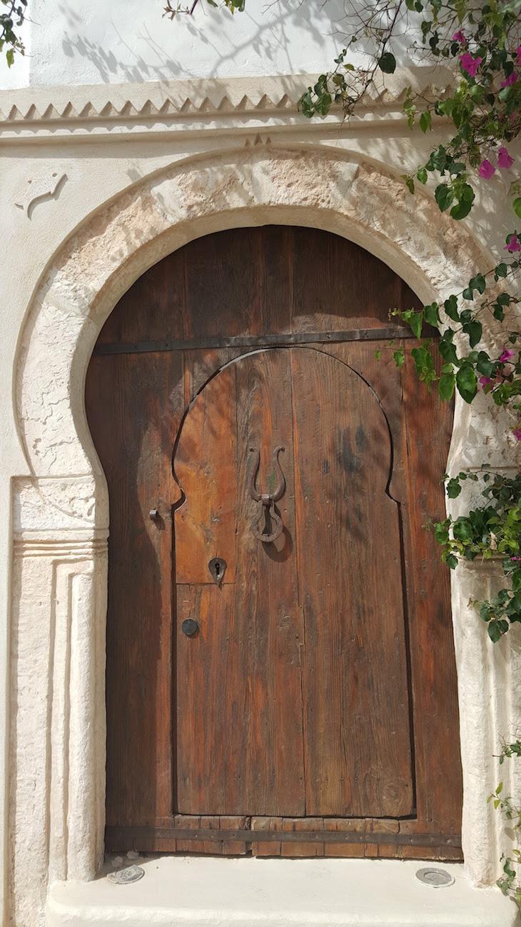 Porta madeira em Erriadh, Djerba, Tunisia © Viaje Comigo