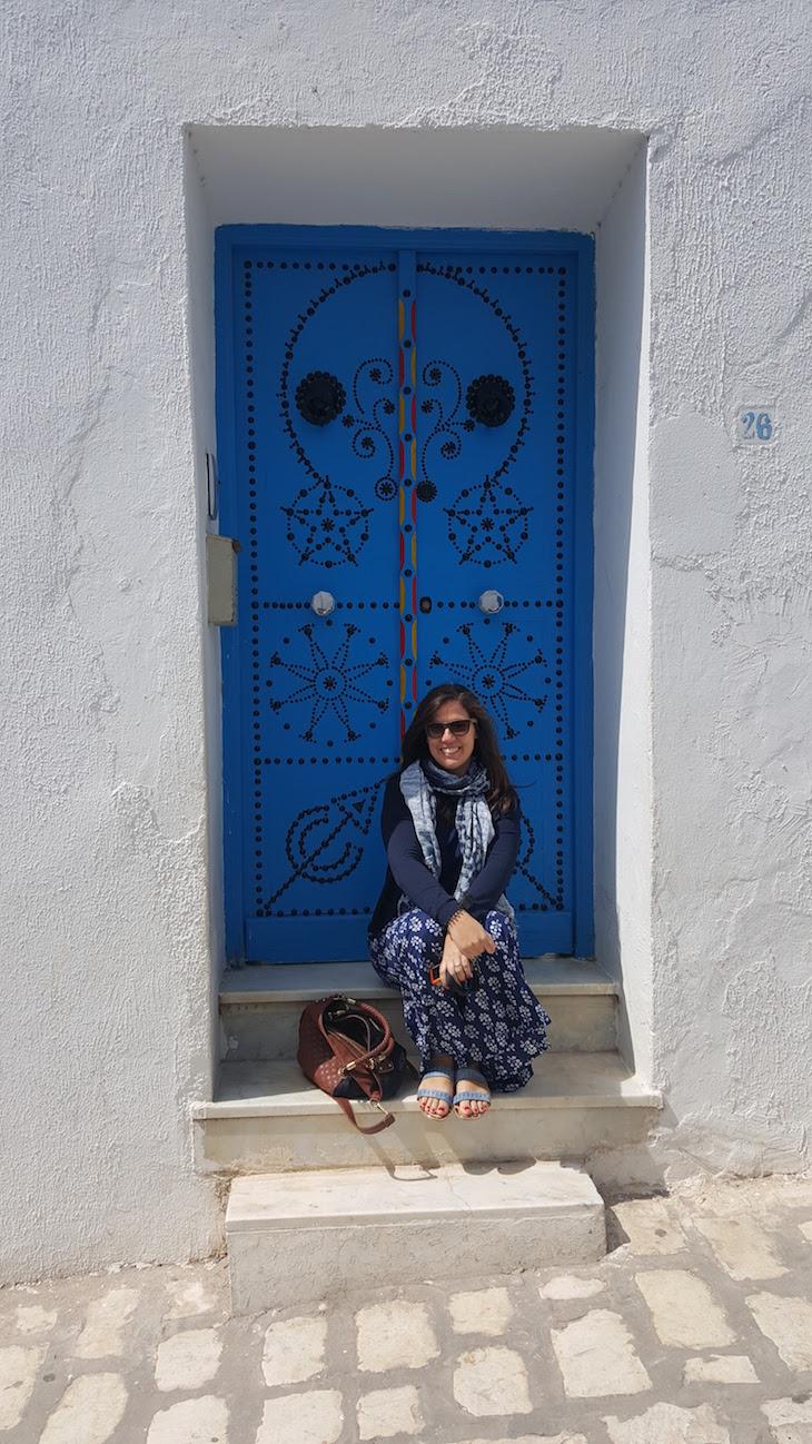 Susana Ribeiro na Porta em Sidi Bou Said, Tunisia © Viaje Comigo