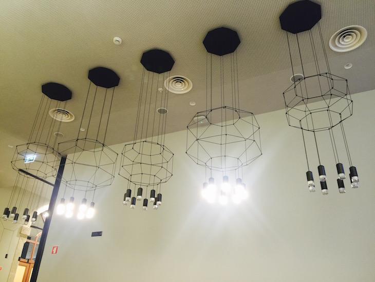 Decoração da sala dos pequenos-almoços no The House Ribeira Hotel © Viaje Comigo