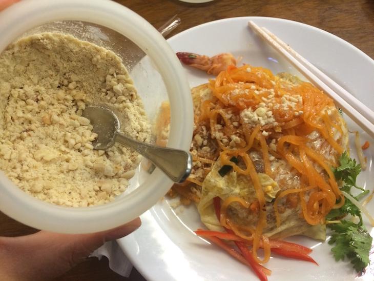 Amendoim torrado no Pad Thai do Thip Samai - Banguecoque - Tailândia © Viaje Comigo