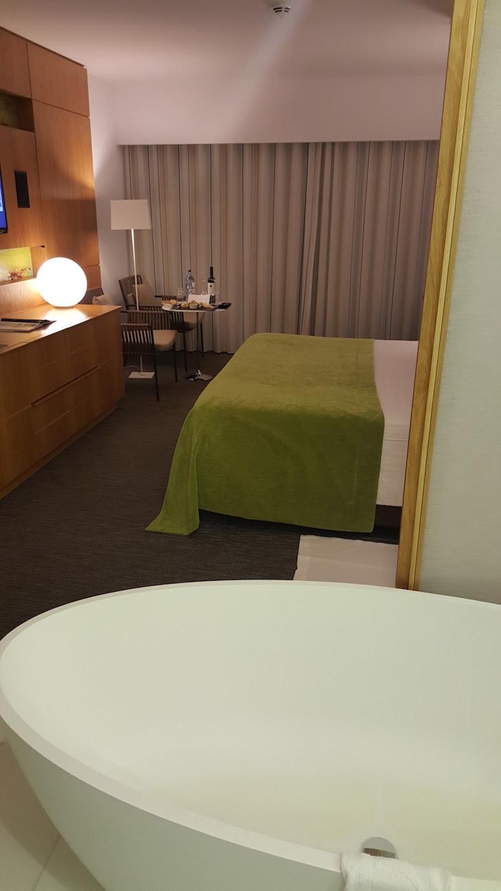 Banheira no quarto do Epic Sana Algarve © Viaje Comigo