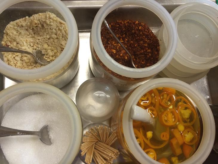 Condimentos para o Pad Thai do Thip Samai - Banguecoque - Tailândia © Viaje Comigo