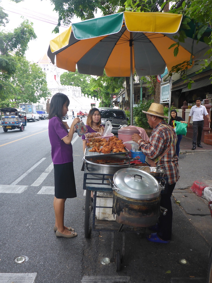 Frango frito na rua Banguecoque, Tailândia © Viaje Comigo