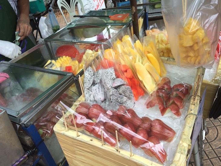 Fruta na rua em Banguecoque, Tailândia © Viaje Comigo