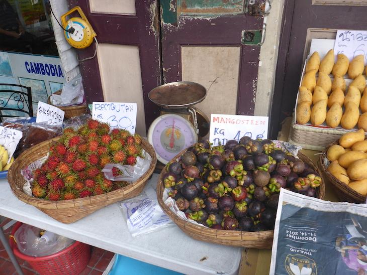 Frutas locais: mangostão e rambutão - Banguecoque, Tailândia © Viaje Comigo