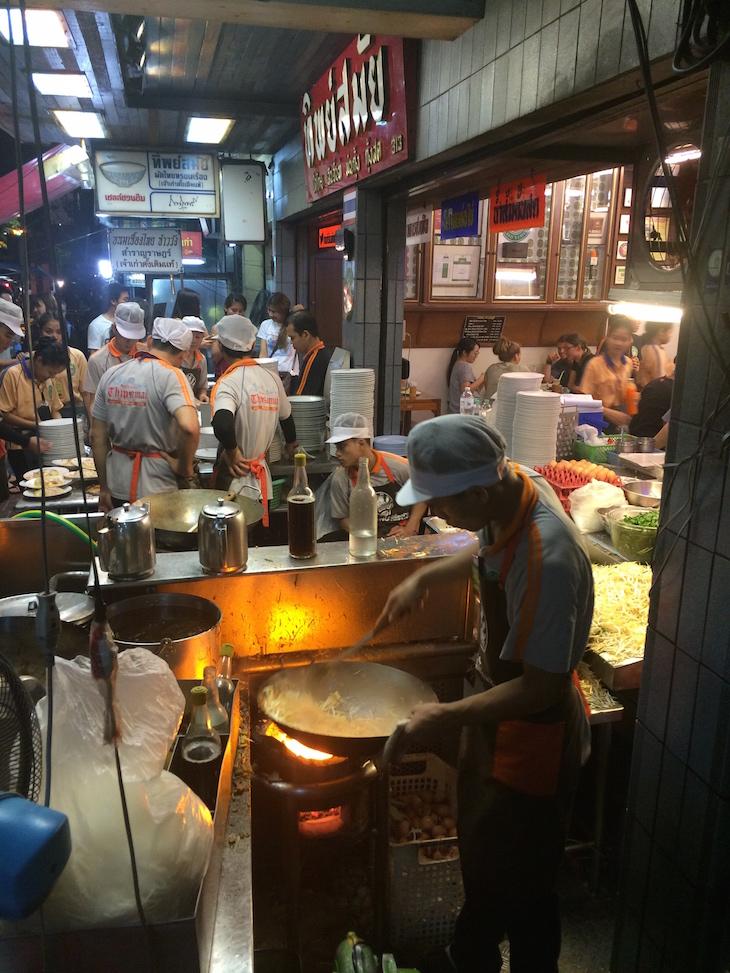 Cozinha no passeio do Thip Samai - Banguecoque - Tailândia © Viaje Comigo