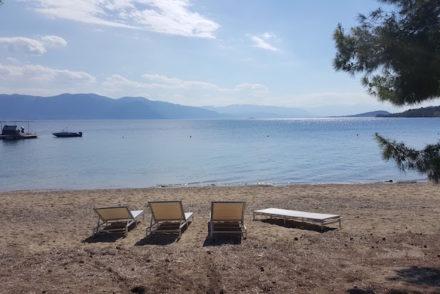 Praia com cadeiras - Club Med Gregolimano - Grécia © Viaje Comigo