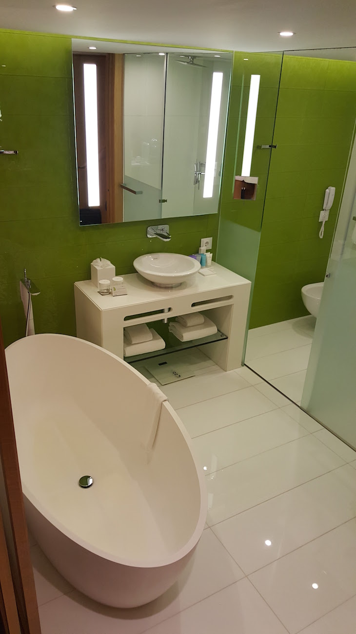 Quarto de banho no qaurto do Epic Sana Algarve © Viaje Comigo