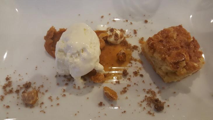 Tarte de amêndoa com gelado de queijo da Serra no Portobello Rooftop Restaurant & Bar © Viaje Comigo