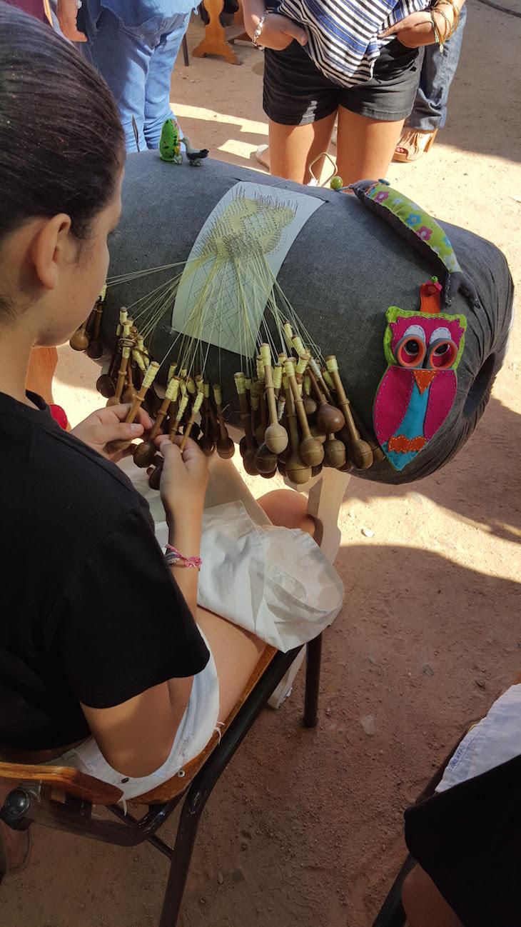 Crianças a fazer Bilros de Peniche © Viaje Comigo
