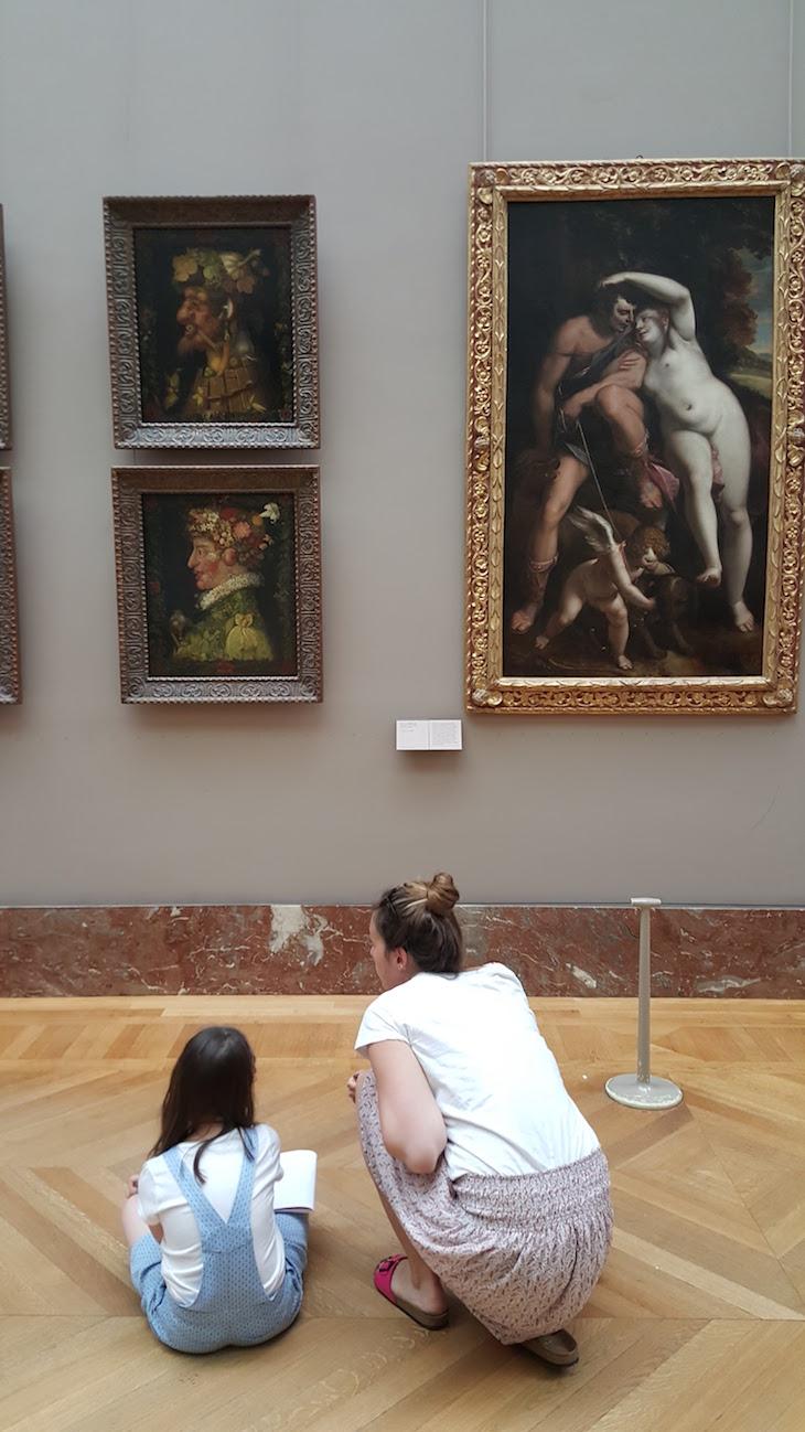 Crianças no Museu do Louvre, Paris © Viaje Comigo