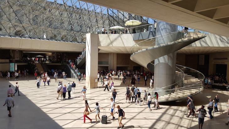 Dentro da entrada do Museu do Louvre, Paris © Viaje Comigo