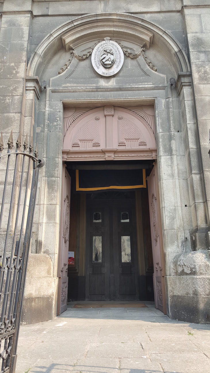Entrada da Igreja das Almas de São José das Taipas © Viaje Comigo®
