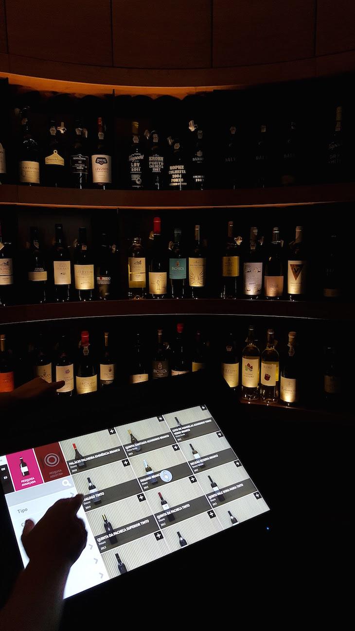 Escolha na garrafeira - Porto Welcome Center © Viaje Comigo