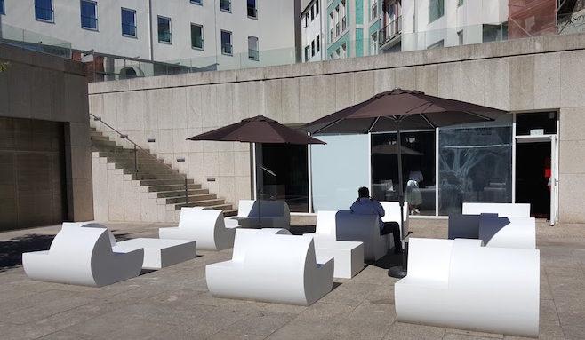 Esplanada na praça das Cardosas - Porto Welcome Center © Viaje Comigo