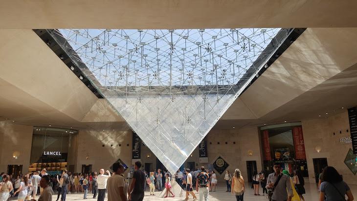 Pirâmide invertida no Museu do Louvre, Paris © Viaje Comigo