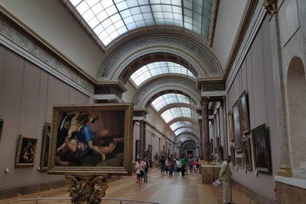 Quadros no Museu do Louvre, Paris © Viaje Comigo
