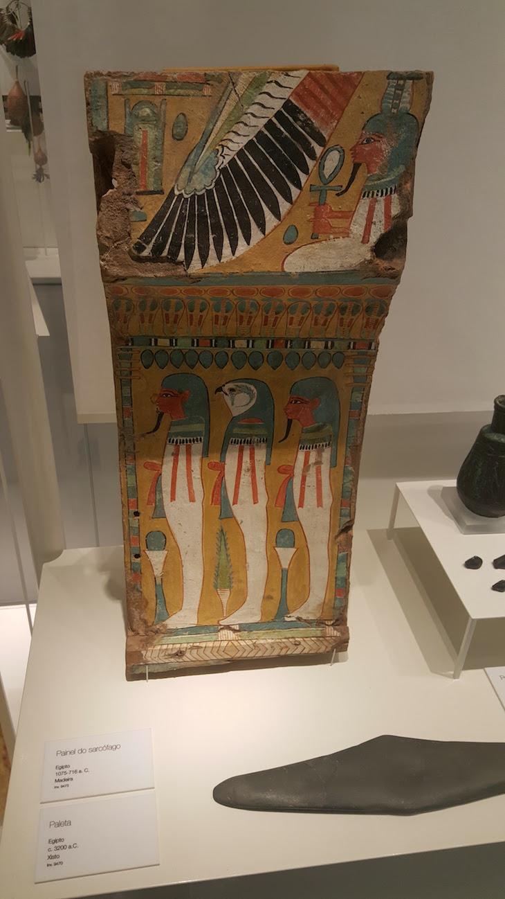 Painel do Sarcófago Egito, 1075-716 a.C - Museu da Farmácia © Viaje Comigo