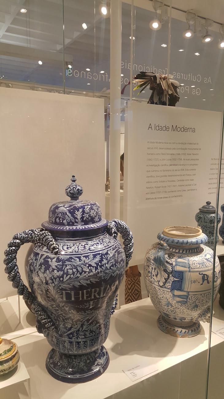 Vasos de porcelana no Museu da Farmácia © Viaje Comigo