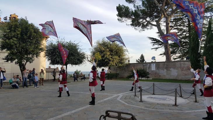 Porta-estandartes brincam com as bandeiras nas festas de Amelia - Itália © Viaje Comigo