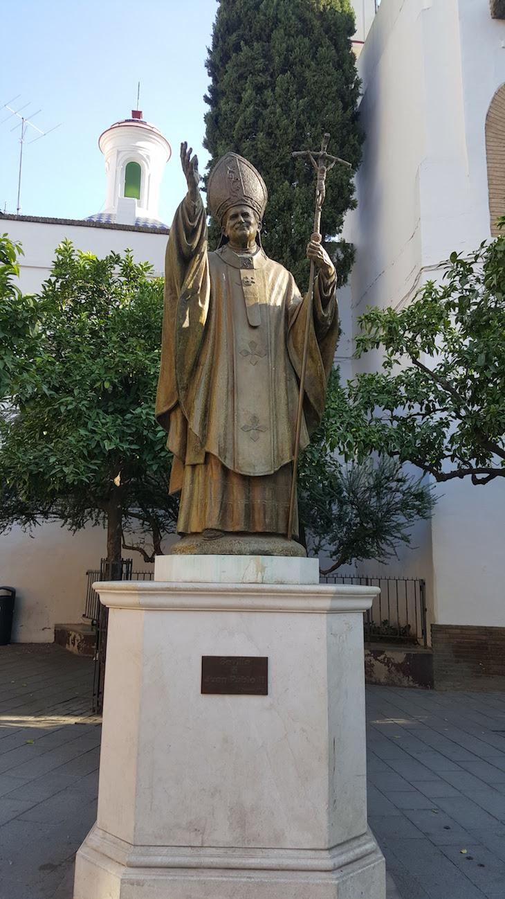 Estátua de João Paulo II frente à Catedral de Sevilha © Viaje Comigo