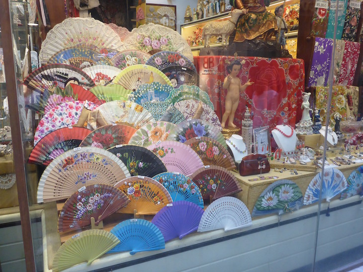 Leques em loja de Sevilha © Viaje Comigo