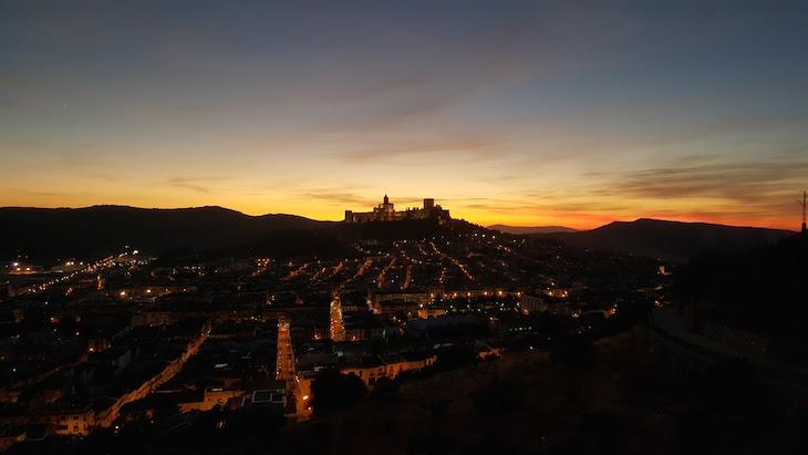 Pôr do sol e Fortaleza de la Mota - Alcalá la Real © Viaje Comigo