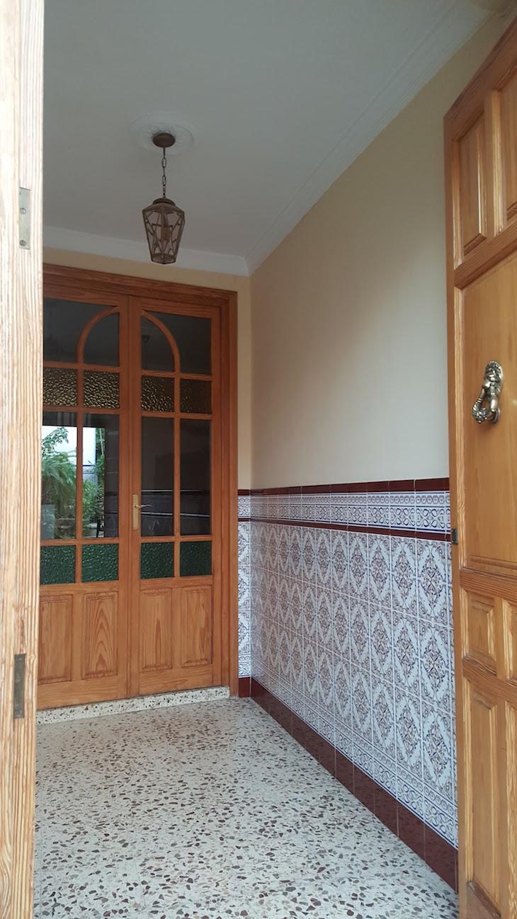 Porta aberta e azulejos em Puente Genil - Andaluzia © Viaje Comigo