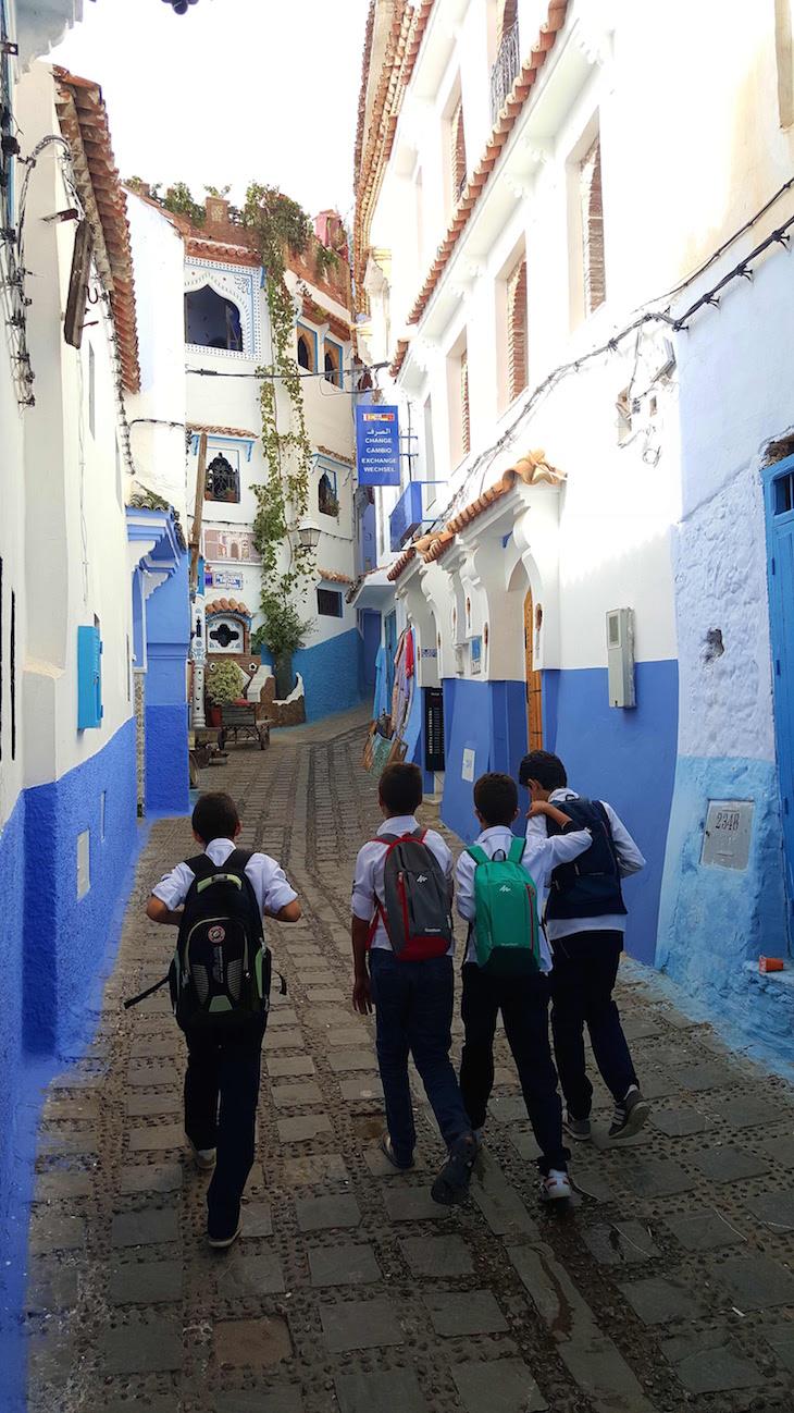 Rapazes em Chefchaouen, Marrocos © Viaje Comigo