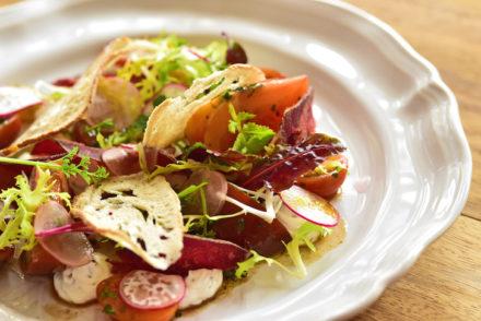 Salada de tutano com tuberculos e pão tostado - DR