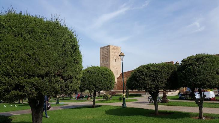 Jardim ao lado da Torre Hassan - Mausoléu de Mohamed V - Rabat, Marrocos © Viaje Comigo