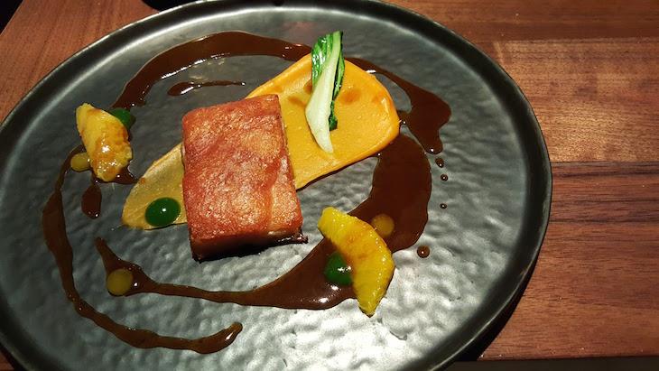Leitão confitado, puré de batata doce, pack choi e jus de laranja - restaurante Alma © Viaje Comigo