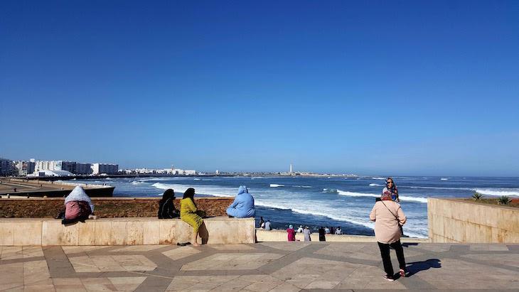 Olhar o mar, ao lado da Mesquita Hassan II - Casablanca - Marrocos © Viaje Comigo