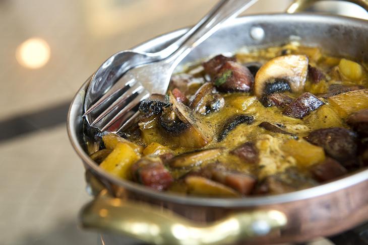 Ovos rotos com cogumelos e chouriço de porco preto © Pateo Alfacinha Mercearia
