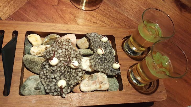 Crocante de tapioca com maionese de ostra e a alga cabelo de velha - restaurante Alma © Viaje Comigo