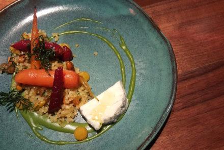 Cenouras assadas, queijo de cabra, bulghur de frutos secos e azeite de cominhos - restaurante Alma © Viaje Comigo