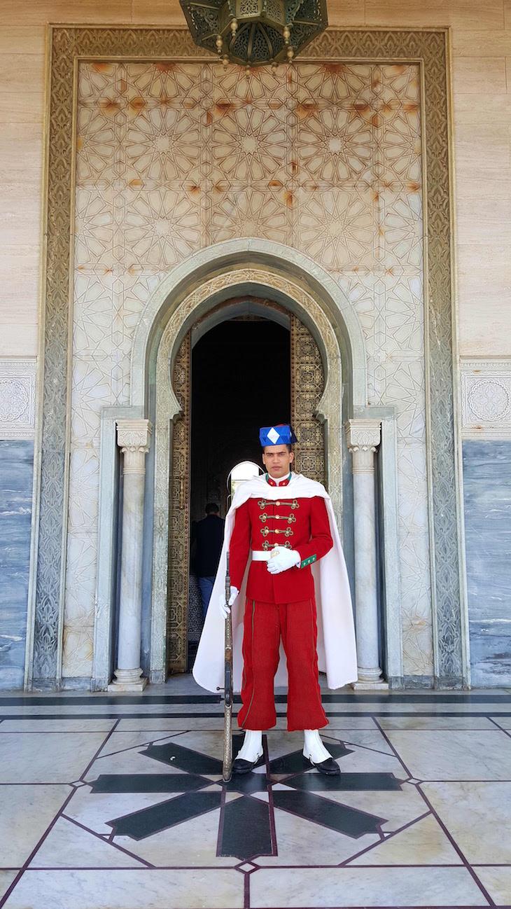 Soldado na entrada do Mausoléu de Mohamed V - Rabat, Marrocos © Viaje Comigo