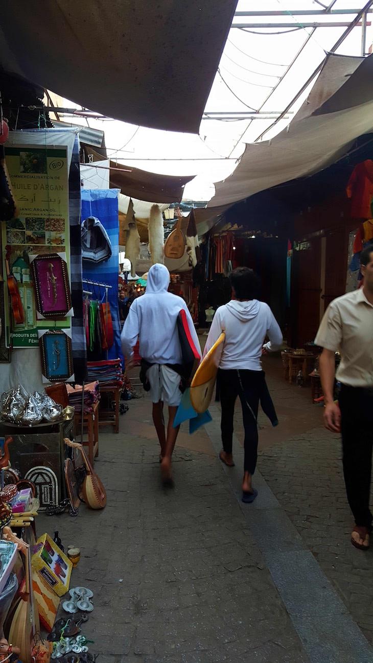 Surfistas no souk de Rabat, Marrocos © Viaje Comigo
