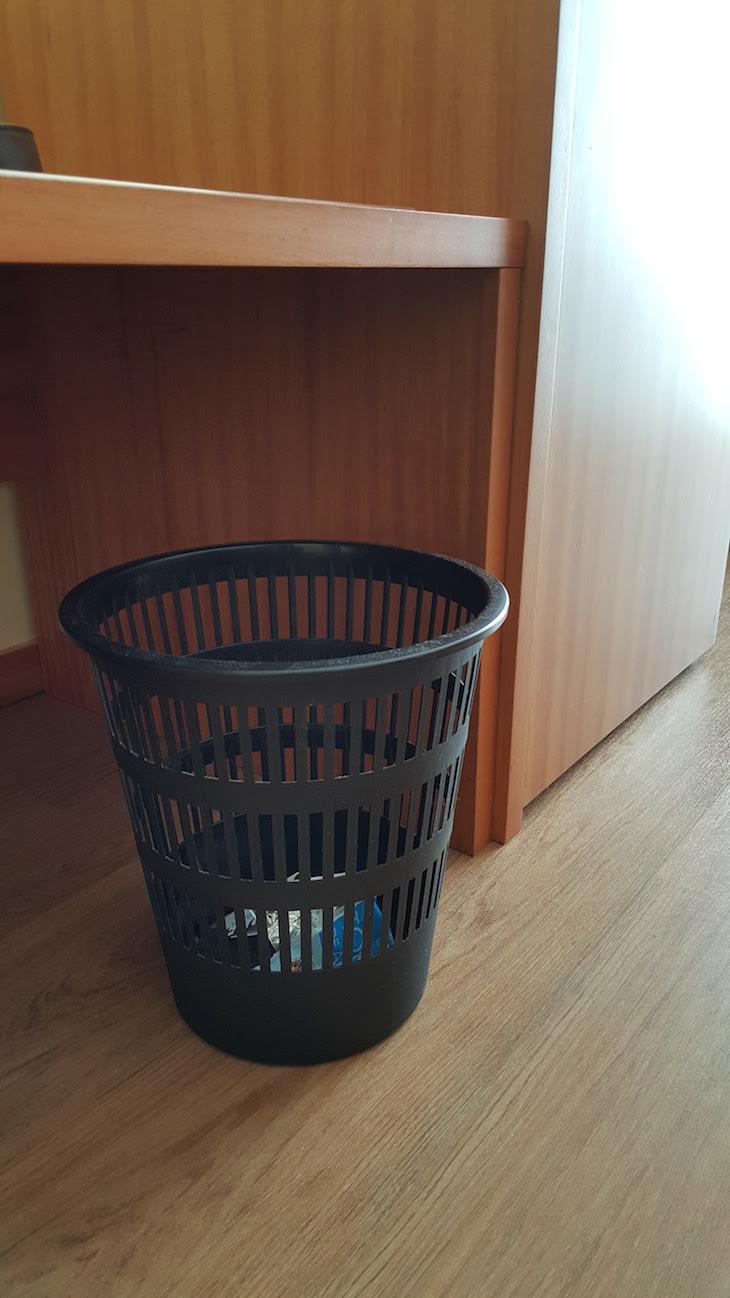 Caixotes do lixo feios © Viaje Comigo