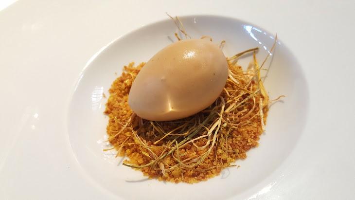 Ovo de foie-gras recheado com figo confitado e areia de pistácio - Restaurante Oficina © Viaje Comigo