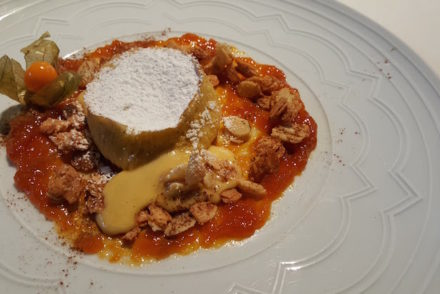 Queque morno de queijo da Serra com creme de abóbora e amêndoa no restaurante Oficina © Viaje Comigo