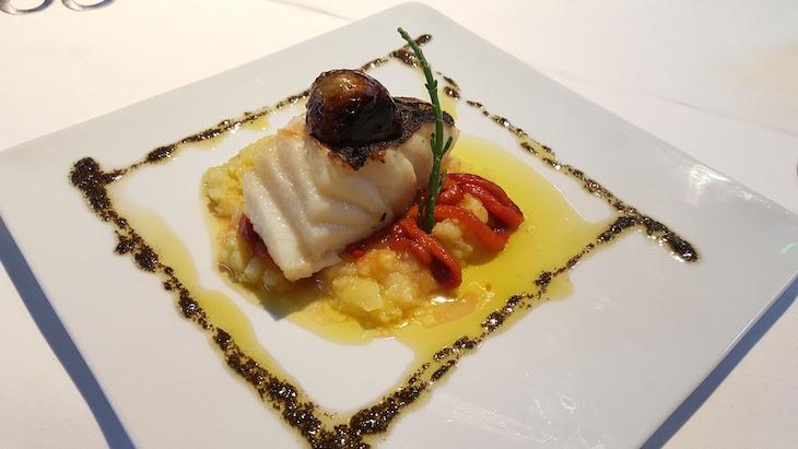 Taco de bacalhau meia cura com batata, salsa, pimentos assados e emulsão de azeitonas Restaurante Oficina © Viaje Comigo