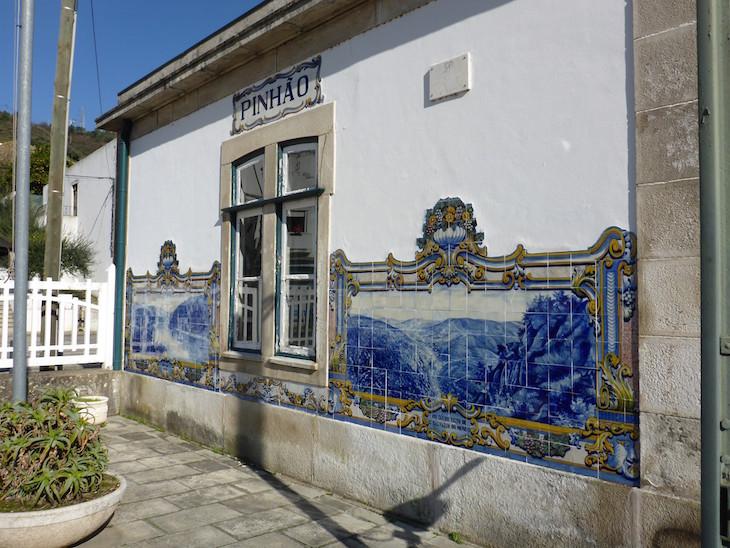 Painéis de azulejos na estação de comboios do Pinhão - Douro - Portugal © Viaje Comigo
