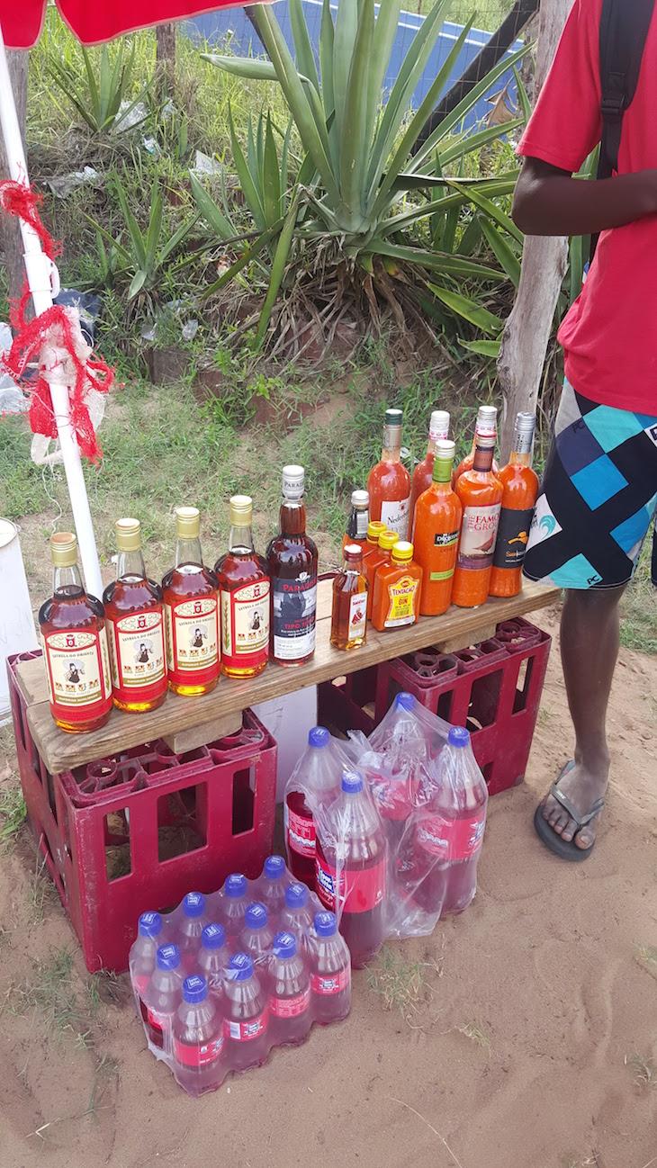 Mistura de Rum e Soda e picante caseiro à venda na estrada - Ponta do Ouro, Moçambique © Viaje Comigo
