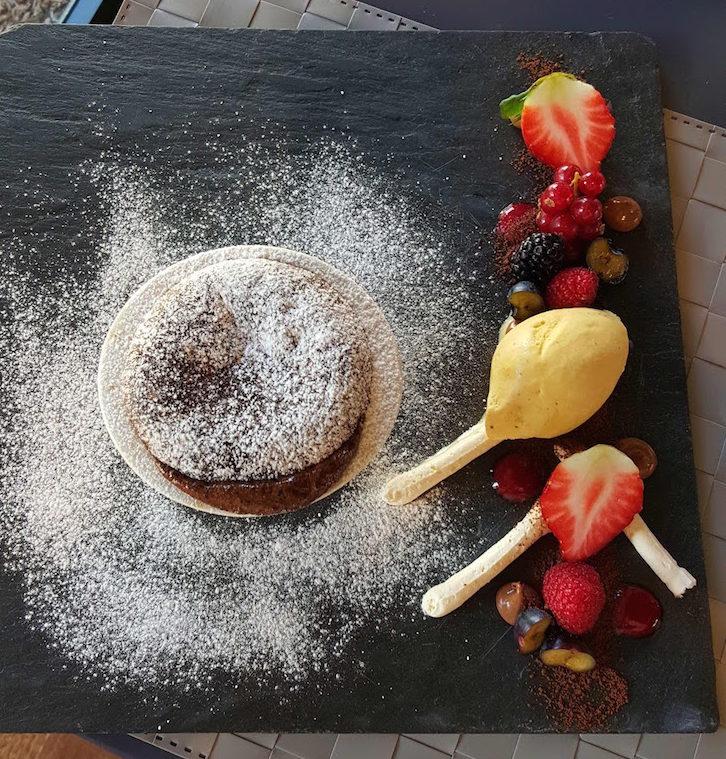 Soufflé de chocolate à CAISDAVILLA - Sobremesa no Restaurante Cais da Vila © Viaje Comigo