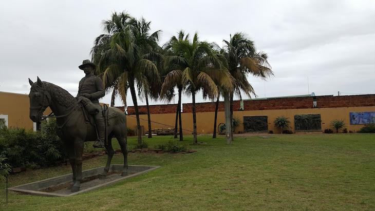 Estátua de Mouzinho de Albuquerque - Fortaleza de Maputo, Moçambique © Viaje Comigo
