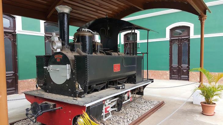 Locomotiva exposta na Estação do Caminho de Ferro de Maputo - Moçambique© Viaje Comigo